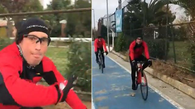Bisikletli sürücü yaya yolundan yürüyen genç kızı darbetti