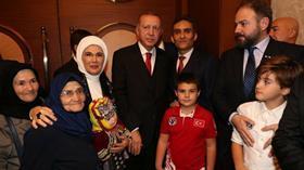 Günde 2 kilometre yol yürüyerek okuma yazma öğrenen 85 yaşındaki Şahizar Teyze'yi Başkan Erdoğan misafir etti