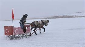 Çıldır Gölü'nün simgesi haline gelen atlı kızak sezonu başladı