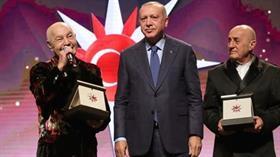 Başkan Erdoğan'ın elinden ödül alan Mazhar Alanson'un sözlerini Ertuğrul Özkök de hazmedemedi