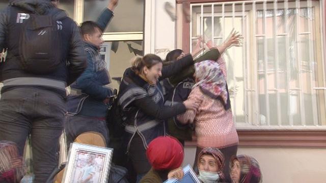 HDP Diyarbakır İl Başkanlığı'na gelen vekillere acılı anneden terlik