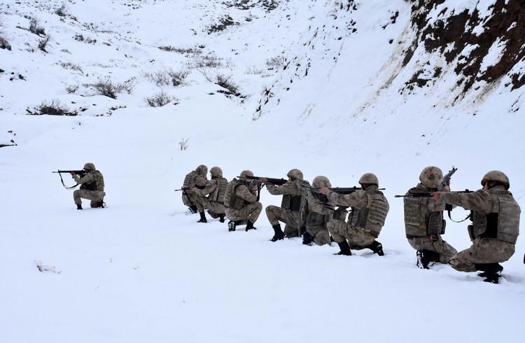 Jandarma kışın da teröristlere göz açtırmıyor