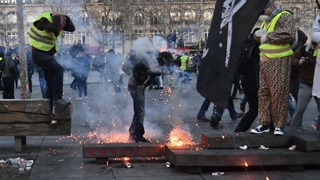Macron yönetiminin politikalarına protestolar sürüyor! Fransa'da sarı yeleklilerin gösterileri şiddete dönüştü