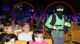 Öğrencilerin izlediği tiyatro oyununda tabancalı sahneler tepki çekti