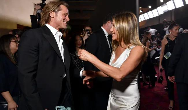 Jennifer Aniston ve eski eşi Brad Pitt, Sahne arkasında fena yakalandı! Yıllar sonra ilk kez sarmaş dolaş