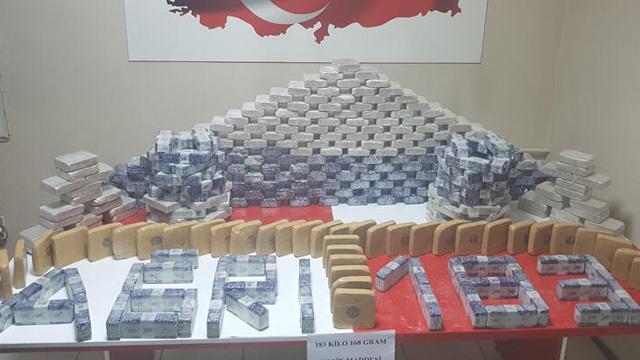 Ağrı'da durdurulan İran plakalı TIR'da  362 paket halinde 183 kilogram eroin ele geçirildi