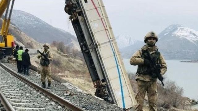 Elazığ'da teröristlerin saldırısı sonucu raydan çıkan vagonlar 4 yıl sonra kaldırıldı
