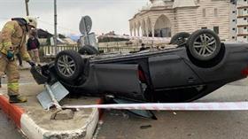 Sultanbeyli'de otomobil takla attı: Sıkışan sürücüyü itfaiye kurtardı