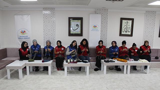 Erzincan'da gönüllü kadınlar İdlib'deki çocuklar için atkı ve bere örüyorlar