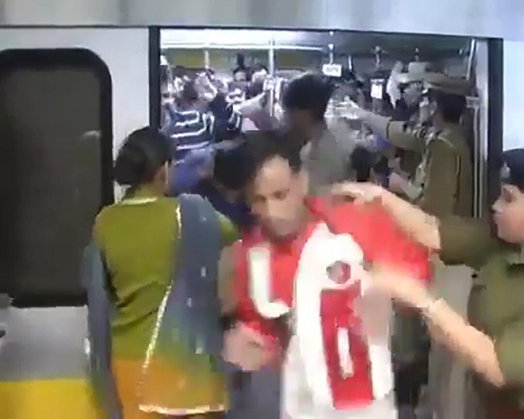 Hindistan'da kadın polislerden, kadınların vagonunu kullanan erkeklere tokat!