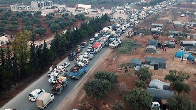 İdlib'den on binlerce sivil daha Türkiye sınırına göç etti