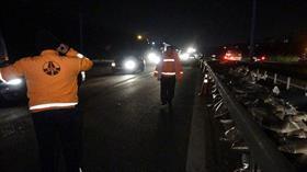 TEM'de TIR devrildi, yol ulaşıma kapandı