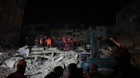 Elazığ'da yıkılan binanın enkazında arama kurtarma çalışmaları devam ediyor