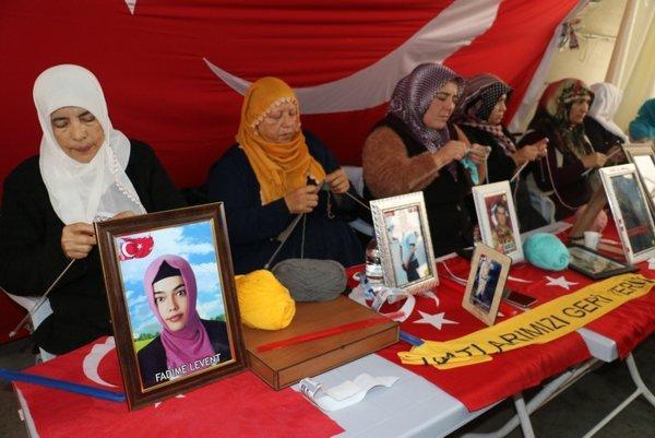 Elazığ'daki depremzedelere bir destek de evlat nöbetindeki annelerden