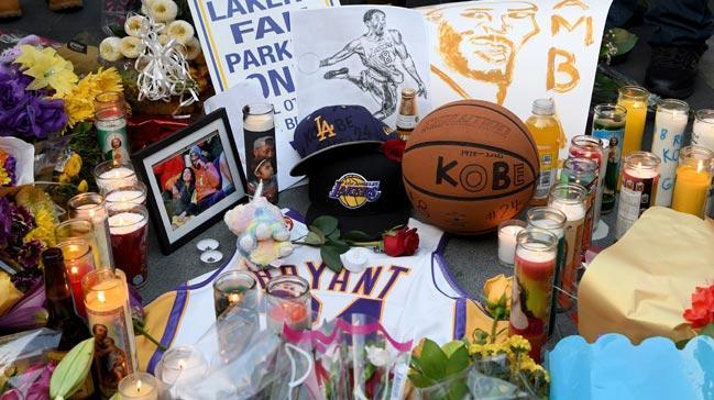 Basketbolseverler, Lakers'ın maçlarını oynadığı Staples Center'ın önünde Kobe Bryant için yas tuttu