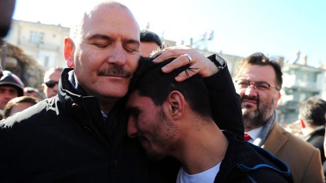 Bakan Soylu, depremzedeleri elleriyle kazarak enkazdan çıkaran ise Suriyeli gence teşekkür etti