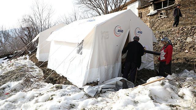 Jandarma, depremzedeler için çadır kuruyor