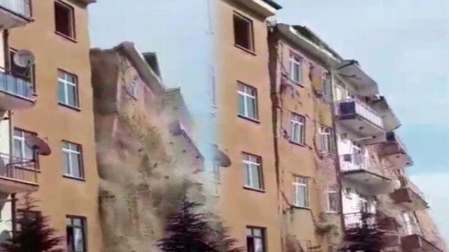 Elazığ'daki 4.2 büyüklüğündeki deprem sonrası hasarlı bina çöktü