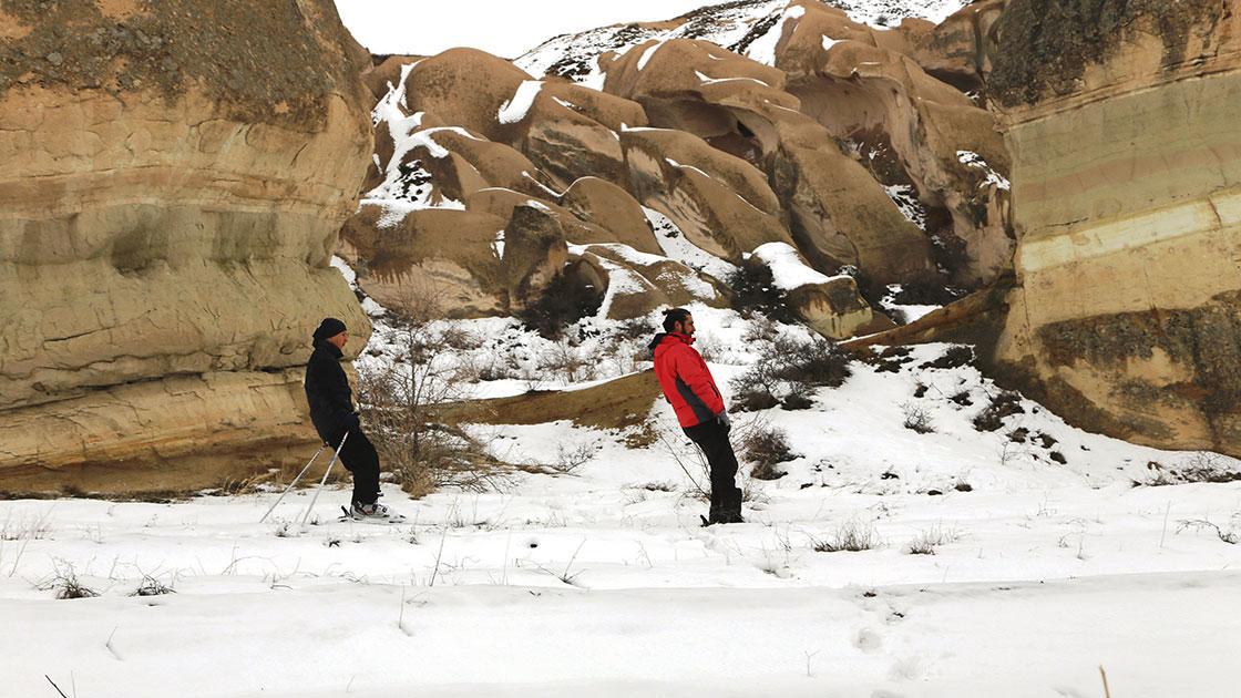 Doğa tutkunu kayakçılar Peribacaları arasında kayak keyfini yaşıyor