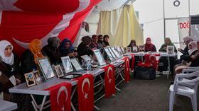 HDP İl Başkanlığı binası önünde oturma eylemi yapan bir ailenin daha evlat hasreti son buldu