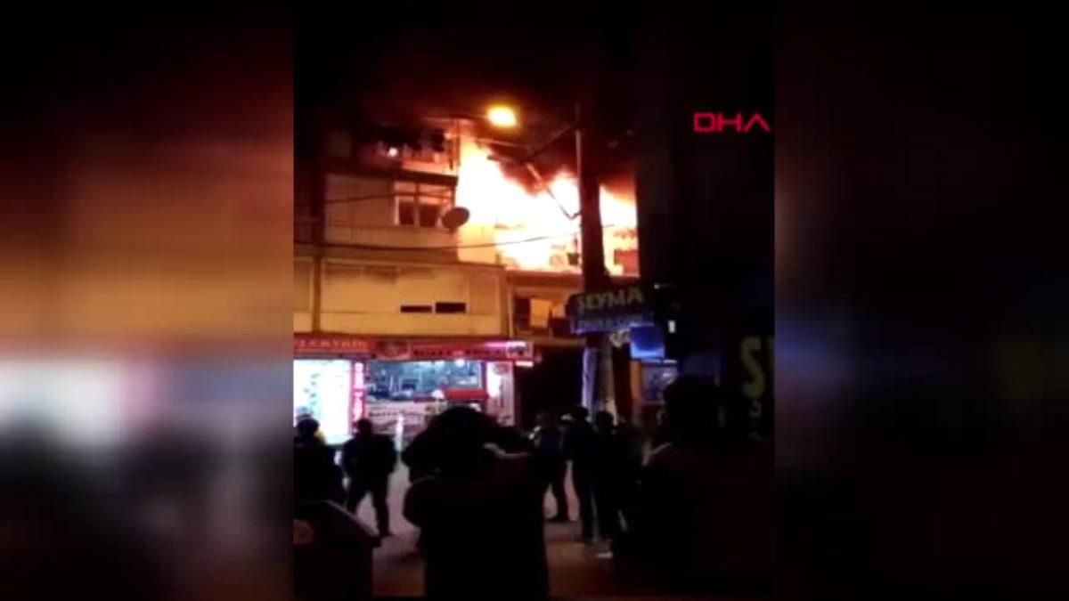 İzmir'de 3 katlı binanın 2'nci katında yangın çıktı