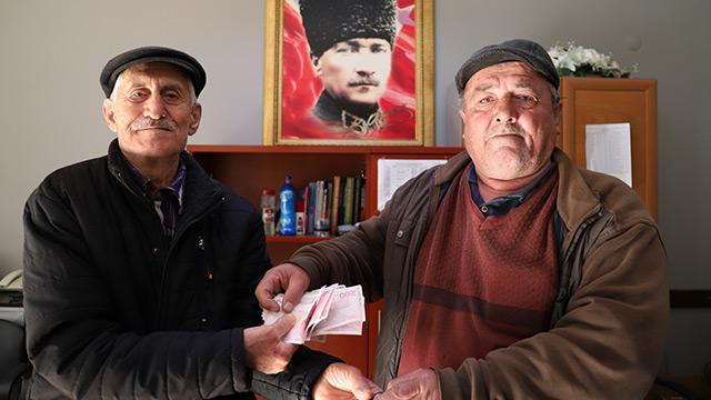 Manisa'da yaşlı adam yolda bulduğu 3 bin lirayı sahibine teslim etti