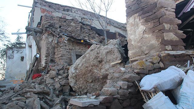 Dağdan yuvarlanan kaya evi yıktı