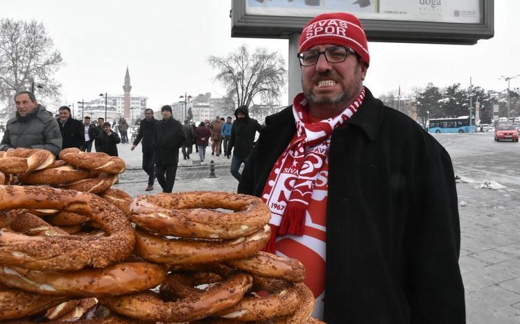 """""""Sabaha kadar burdayız""""la fenomen olan Sivasspor taraftarı Ahmet Yaşin patent peşine düştü"""