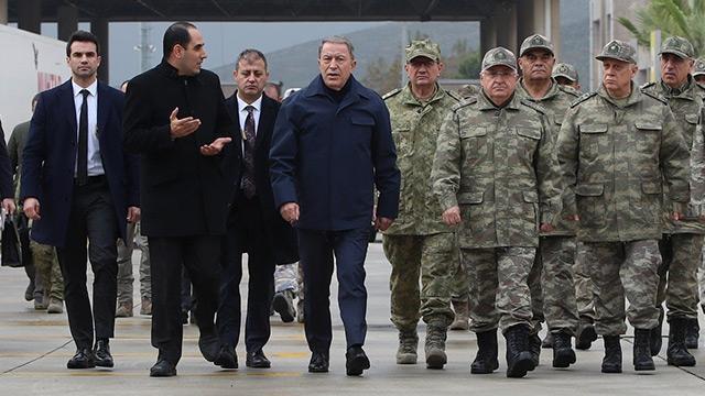 Bakan Akar ve kuvvet komutanları Suriye sınırındaydı