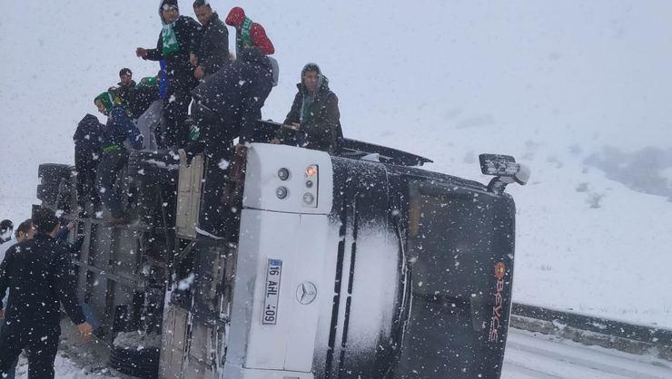 Taraftarları taşıyan otobüs Erzurum'da devrildi