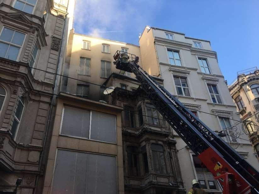 Beyoğlu'nda iş yeri yangını söndürüldü