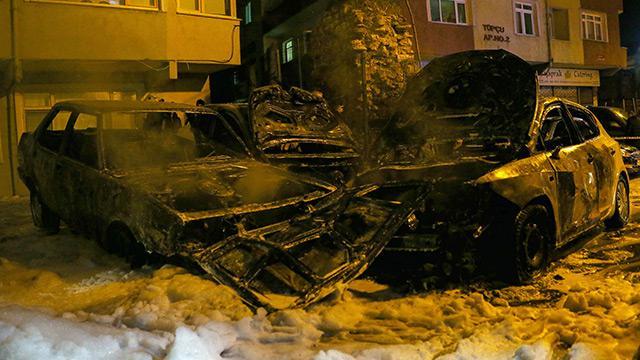 Fatih'te 9 araç yakılarak kundaklandı