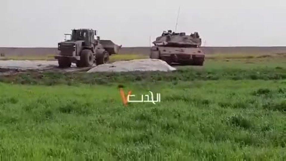 İnsanlığın bittiği an! İsrail askeri cenazeyi buldozerle sürükledi