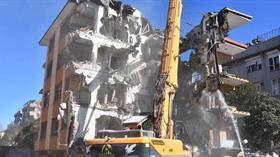 Bahçelievler'de ağır hasarlı 3 bina daha yıkıldı