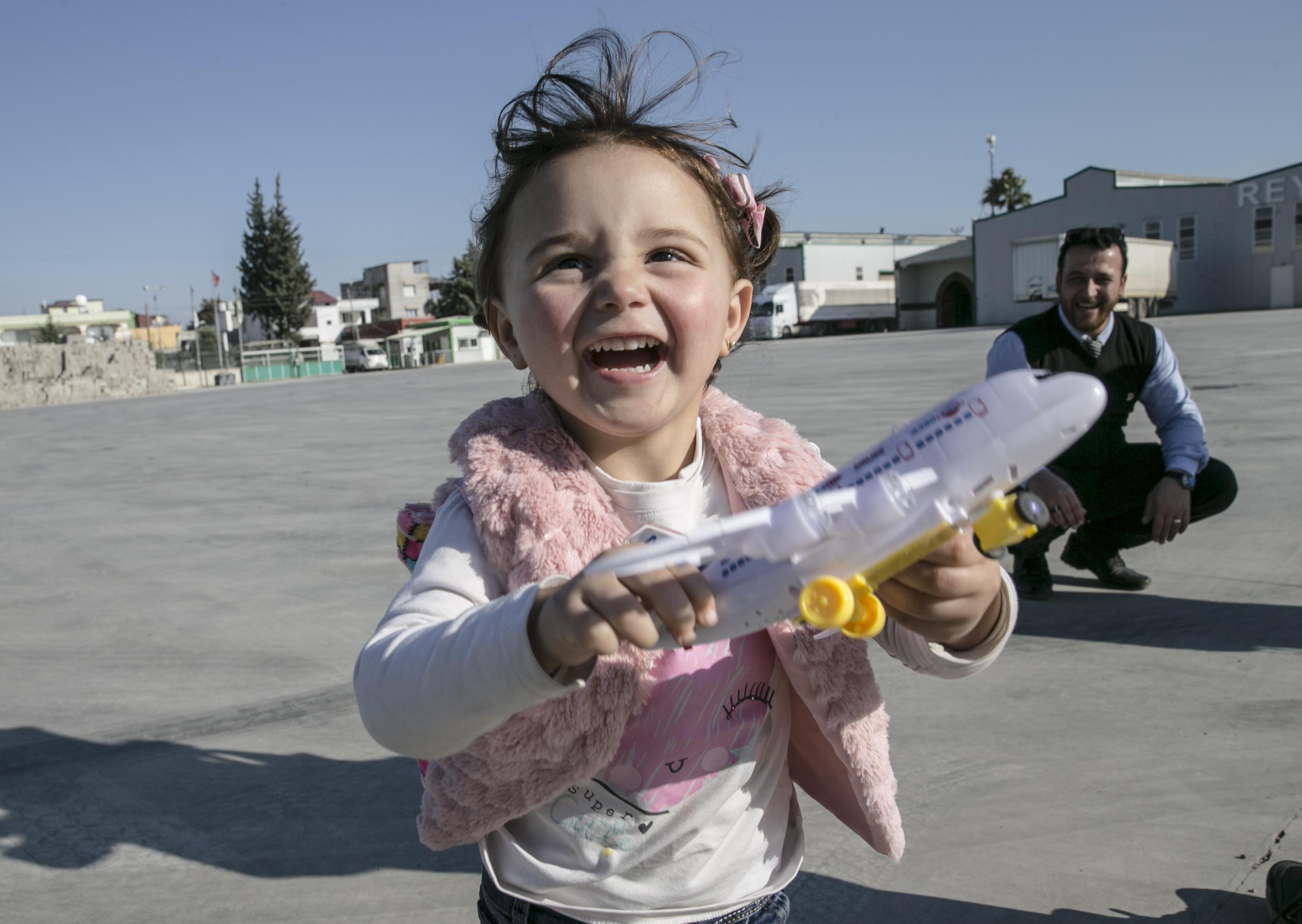 İdlib'te 'savaş oyunu' oynayan Selva Türkiye'de gerçek oyuncaklara kavuştu