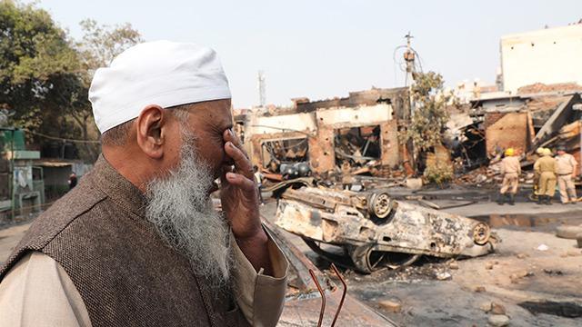 Hindistan devleti göz yumuyor! Yeni Delhi'de vatandaşlık yasasına karşı protestolarda 35 Müslüman dövülerek ve yakılarak katledildi
