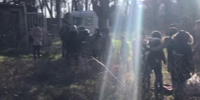 Düzensiz göçmenleri Yunan sınır güçleri ses bombasıyla korkutmaya çalışıyor