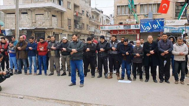 İdlibliler, şehit Türk askerleri için gıyabi cenaze namazı kıldı
