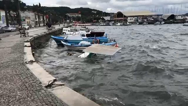 Ayvalık'ta fırtına balıkçı teknelerini batırdı