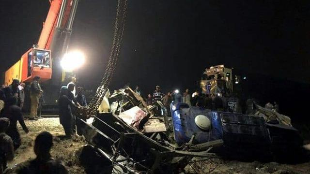 Pakistan'da otobüs ve tren çarpıştı