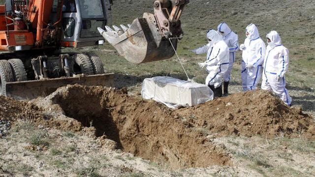 Afganistan'da koronavirüs kurbanını dağ başına gömdüler