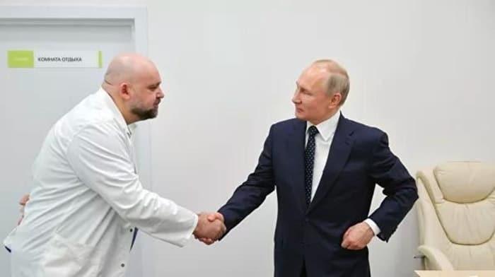 Putin'in hastane ziyaretinde tokalaştığı başhekim koronavirüs testi pozitif çıktı
