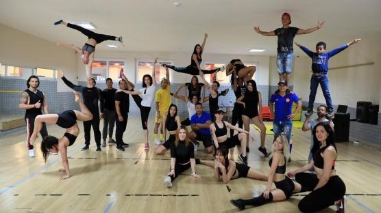 Ülkelerine dönemeyen 45 akrobat ve dansçı Antalya'da form tutuyor