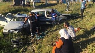 Sivas'ta hafif ticari araçla otomobil çarpıştı: 5 yaralı