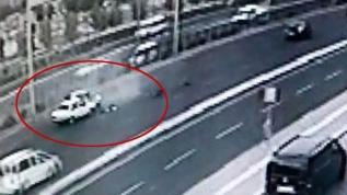 Otomobili sıkıştırılan kadın sürücü dehşeti yaşadı