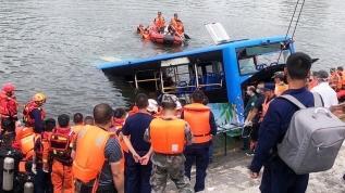 Gölete düşen öğrenci otobüsünde bulunan 21 kişi hayatını kaybetti