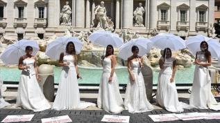 Roma'da gelin adaylarından Kovid-19 kısıtlamaları protestosu