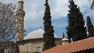 Yunan'dan alçak provokasyon! Tarihi camiye taşlı saldırı