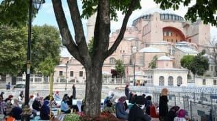 Ayasofya-i Kebir Cami-i Şerifi'nde hafta sonu da ziyaretçi yoğunluğu sürüyor