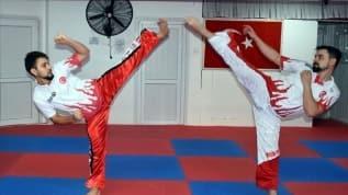 Milli kick boksçu kardeşler turnuvalara evlerinde hazırlanıyor